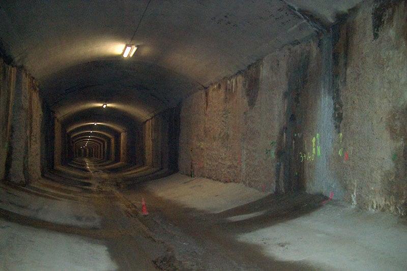 Túnel con filtraciones de agua y humedad