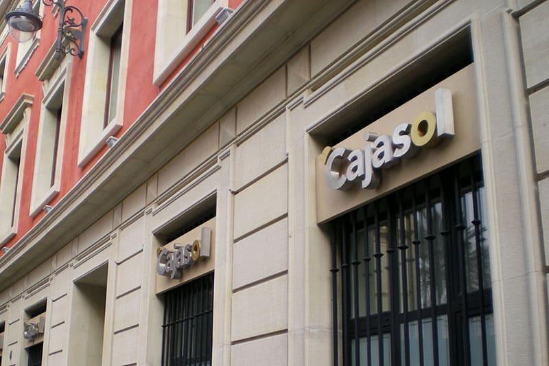restauración de fachada en sede Cajasol en Sevilla