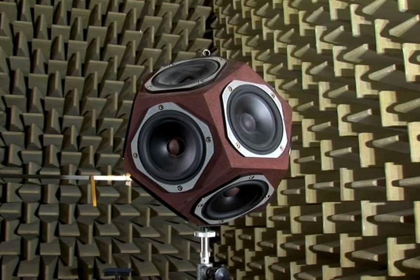 Fuente sonido omnidireccional en una cámara anecoica