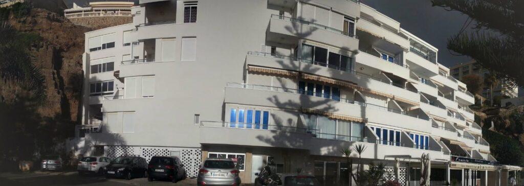 Vista frontal del edificio tras la ejecución de la rehabilitación energética mediante SATE.