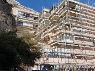 Vista frontal del edificio durante la ejecución de la rehabilitación energética