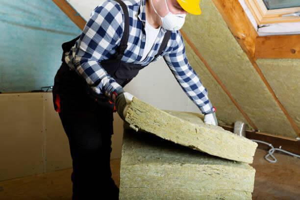 Aplicando lana de roca en una buhardilla