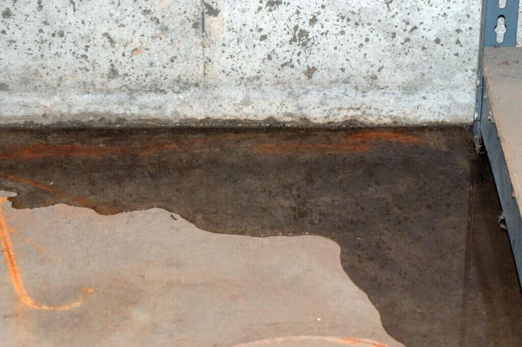 Sótano con agua por causa de filtración en el muro