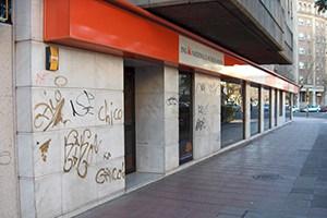 fachada de mármol con graffiti