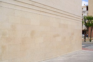 limpieza y eliminación de graffiti en fachada de piedra