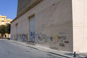 fachada de piedra con graffiti