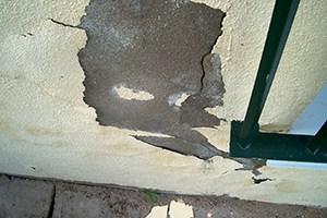 Daño típico en fachada provocado por la humedad de remonte capilar