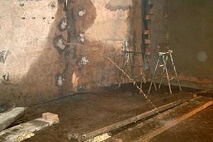 Estado previo de muro con grandes filtraciones de agua