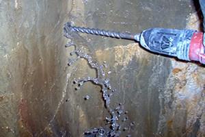 perforando el muro como paso previo de la aplicación del sistema contra filtraciones de agua