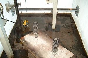 Estado previo de foso de ascensor inundado de agua