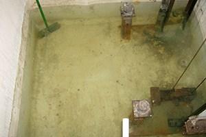 foso de ascensor inundado de agua