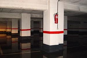 Estado previo del garaje con agua y problemas de humedad