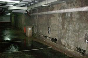 Estado previo del garaje con humedad en muros y filtraciones de agua